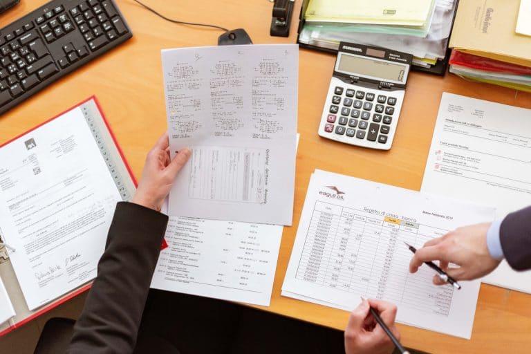 taxateur nijmegen - man die berekeningen maakt